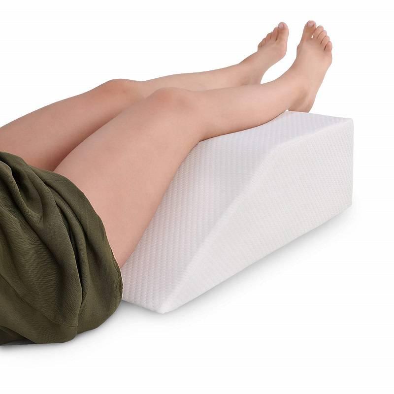 به پشت بخوابید و یک بالشت زیر زانوی خود قرار دهید