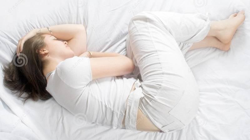 در وضعیت جنینی به پهلو بخوابید